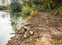 Ufersanierung am Baggersee: Um Bewuchs zu fördern, wurden die Grobsteinschlichtungen mit Erde aufgefüllt.