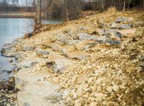 Ufersanierung am Baggersee: Grobsteinschlichtung mit Treppe für ältere Angler.